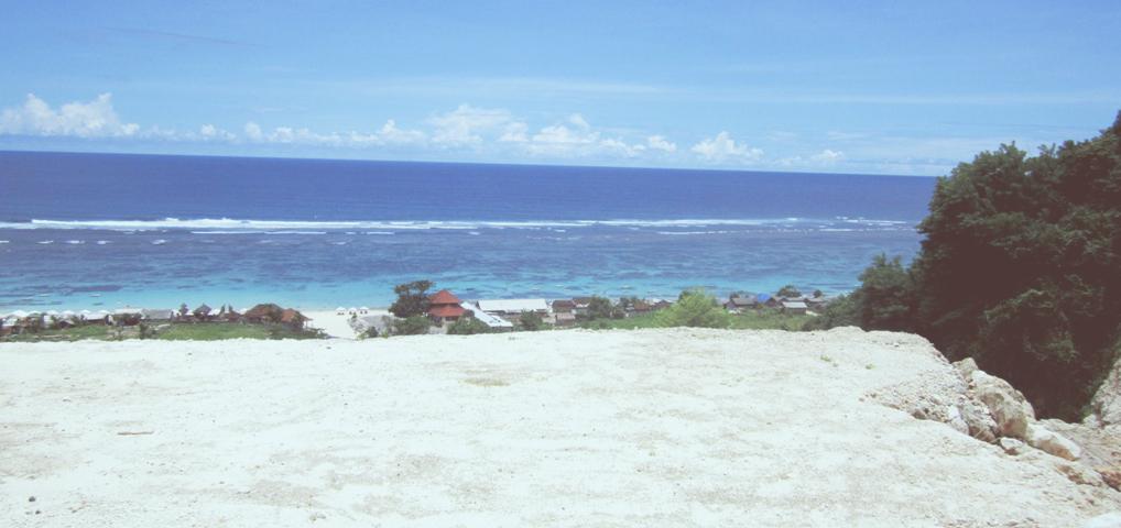 Pantai Pandawa menawarkan keindahan air laut yang jernih dan pasir putih yang mempesona