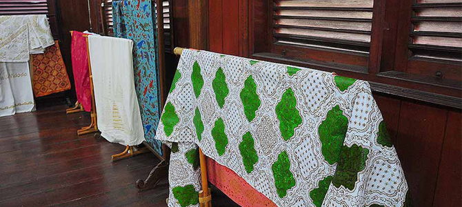Membuat batik di Museum Tekstil