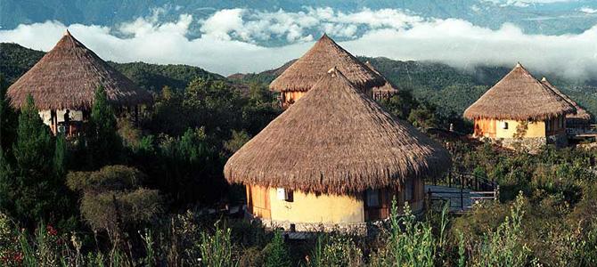 Penginapan berupa pondok tradisional di tengah lembah