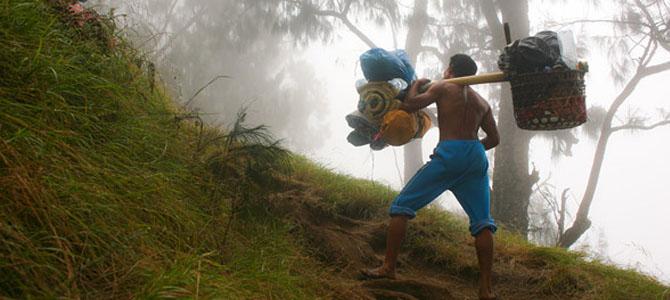 Jika punya dana lebih, bisa sewa porter (foto oleh Wira Nurmansyah)