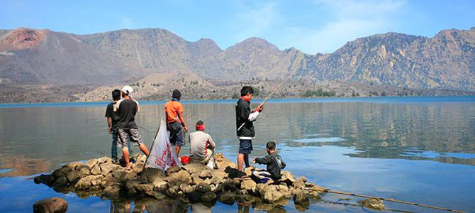Memancing di Segara Anak (foto oleh Wira Nurmansyah)