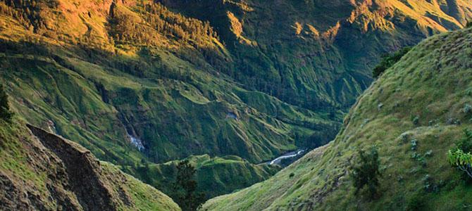 Lembah di jalur Torean (foto oleh Wira Nurmansyah)
