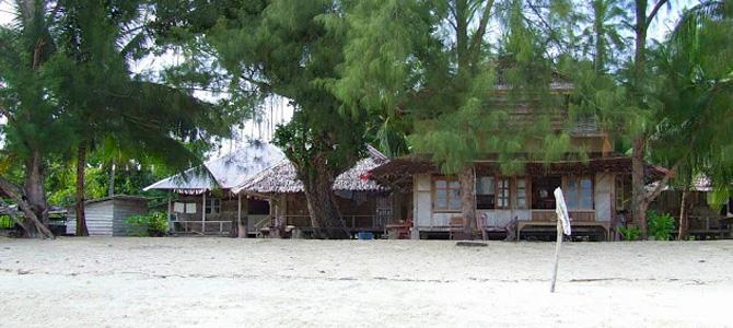 Akomodasi tradisional Kei di pinggir pantai