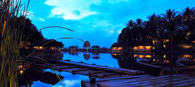 Kampung Sampireun malam hari