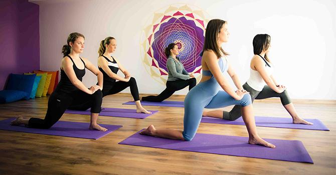 Belajar yoga (IMG: doctorulzilei.ro)