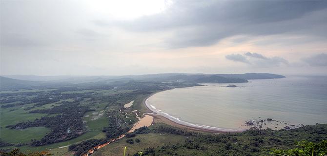 Teluk Ciletuh dari Puncak Dharma (IMG: Jelajahsukabumi.wordpress.com)