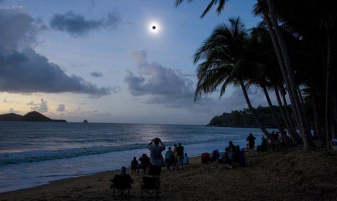 Melihat gerhana matahari total di Pantai Ellis, Queensland, Australia (IMG: EPA)