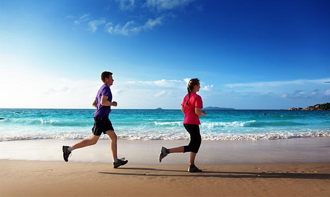 Lari berdua di pantai, romantis kan? (IMG: Mydubainews)