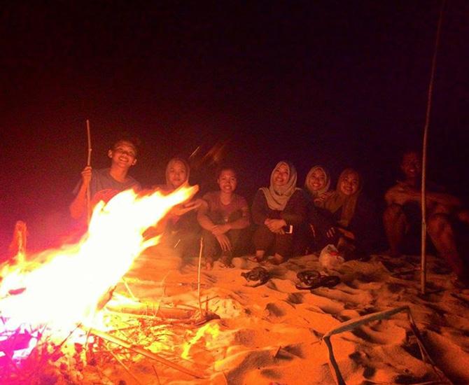 Bisa api unggun sambil bakar-bakar makanan dan nanyi-nyanyi kayak mereka (IMG: yolansevtya)
