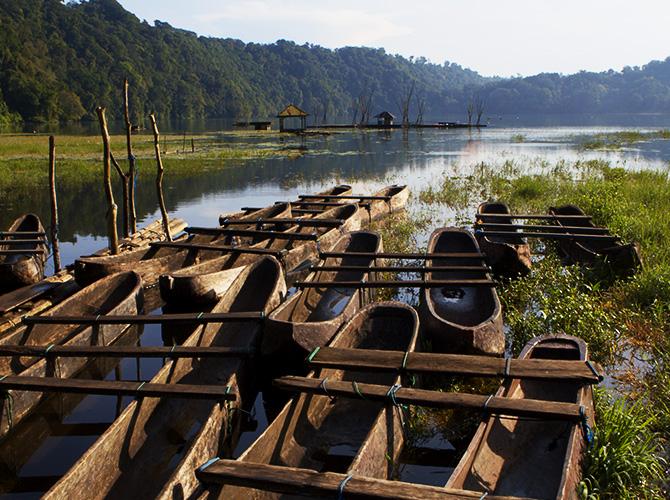 Barisan pedahu di Tamblingan via ijsseldijkblog