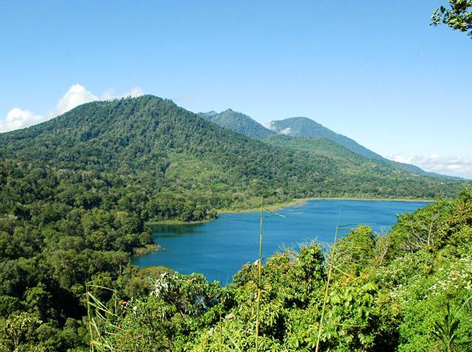 Gunung Lesong di latar belakang via villabossibali