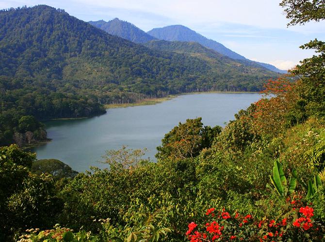 Indahnya Danau Tamblingan dari jauh via alienadv