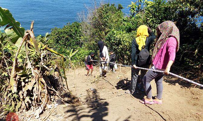 Jalan Menurun ke Pantai Kedung Tumpang by feryarifian